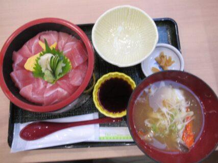 青森空港のフードコート、まぐろ丼を食べました。