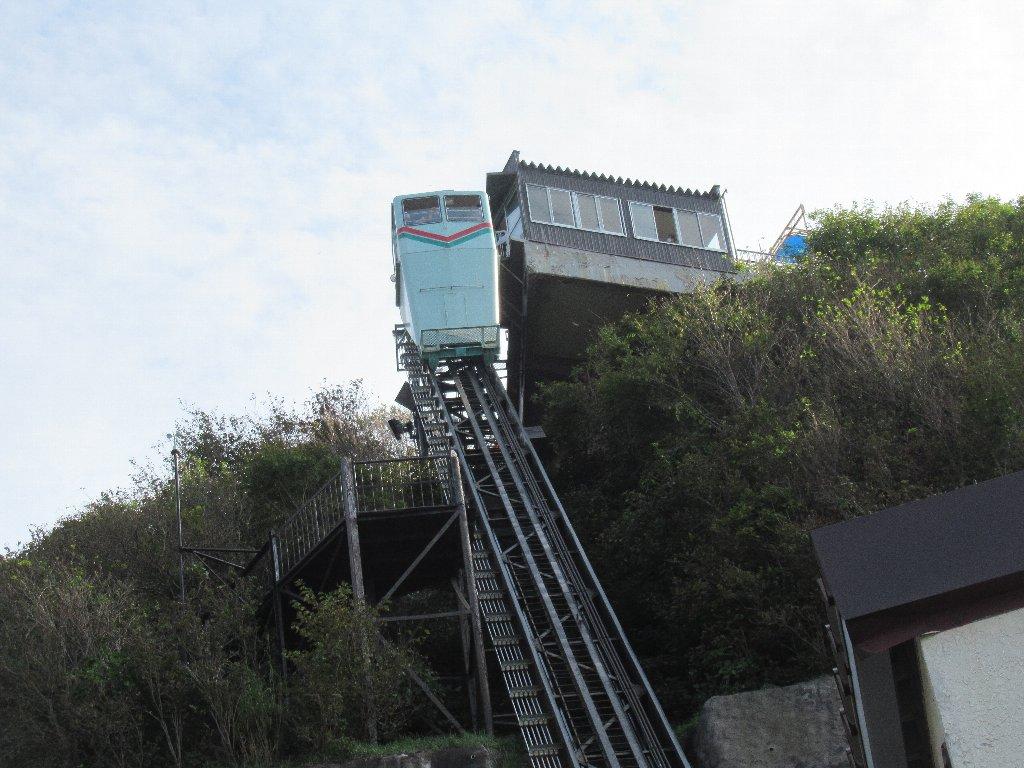弥彦山クライミングカーなる、崖に設置された斜行エレベーター。