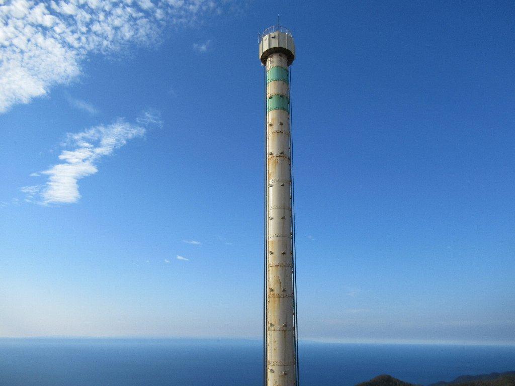 弥彦山頂の回転昇降式展望塔パノラマタワー。