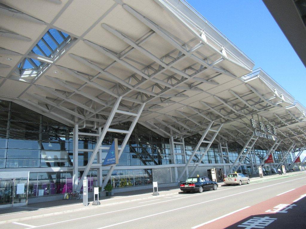 新潟空港から大阪伊丹空港へ、飛んで帰ります。