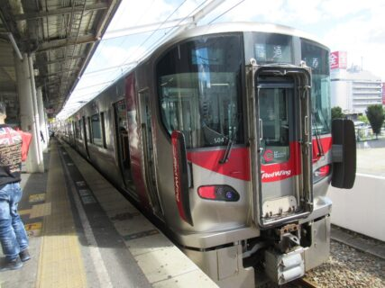 尾道駅から福山駅まで、レッドウイング227系普通列車で移動です。