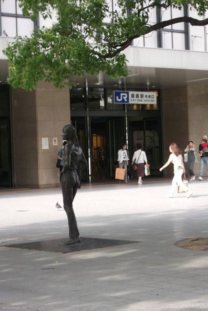 姫路駅前の像に萌え~(嘘)